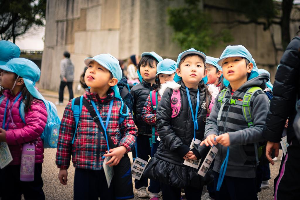 أطفال يابانين بجانب قصر اوساكا