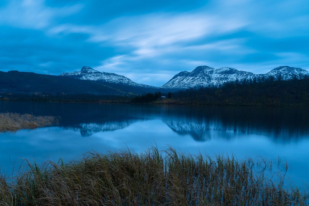 منزل بسيط بين الجبال والبحيرة